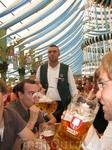 Что пиво, что еду ждешь не более минуты. Не удивительно, что особо проворные официанты за фестиваль собирают чаевых на 5-6 тыс. баварских рублей)
