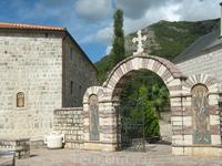 Вход в монастырь Подмайне. Будва