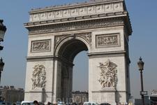 Триумфальная арка - ее возведение Наполеон заказал после своей победы при Аустерлице в 1805г.