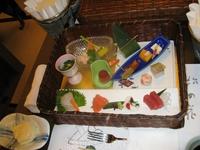 """В наш тур был включен также """"Ужин с гейшами"""". Японский праздничный ужин состоит из множества блюд, первыми подали разнообразнае закусочки, в плетеной коробке ..."""