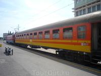 """Местный поезд до Бара (непонятной """"черногорской"""" расцветки) на вокзале в Подгорице"""