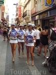 девушки гуляли по улице - рекламируют к-то клуб