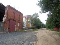 Впереди - наша гостиница и какое-то разрушенное здание рядом с ней. Я боюсь представить себе ВО ЧТО превращается переулок после дождя