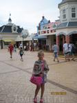 Площадь на входе в Акваландию, где можно перекусить.
