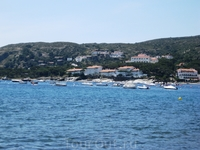 Кадакес расположился на берегу бухты в виде полумесяца. За городом встают зеленые холмы, а внизу белые домики с рыжими крышами. И море.... синее-синее ...