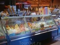 Открытый лоток, где продают мороженое