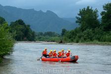 Также на реке Белой можно и самому себя попробовать в рафтинге.