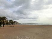 Сам пляж, несмотря на ненастную погоду, был вычищен от мусора и водорослей. Кстати, именно из-за отсутствия водорослей на берегу я никак не могла услышать ...