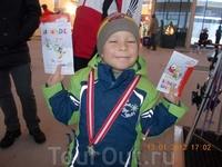 Сколько счастья у Данилки.  Аж два диплома и медаль!!!    Австрийцы молодцы , умеют найти полход к деткам .      Язык знать при этом НЕ ОБЯЗАТЕЛЬНО ...