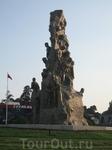 памятник, посвященный освобждению турко-киприотов от греческого гнёта!  П.С. изучив досконально вопрос разделения острова, историю Кипра от начала до ...