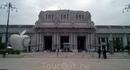 Здание Милано Централе, являющееся великолепным образцом архитектуры первой половины ХХ века, выполнено в стиле ар-деко с элементами модерна: здание из серого камня украшено витиеватыми барельефами, а также скульптурами – как крупными парными, так и небольшими. На вокзале мы взяли такси и поехали на съемную квартиру.