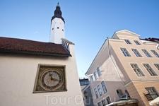 Старый город. Часы на церкви