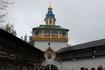 Святые врата и Петровская башня  Святые врата - главные в обители. Над ними находится Петровская башня.  В 1913 году в Петровской башне установлены ...