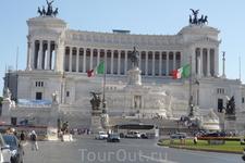 Рим. Piazza  di Venezia  на Капитолийском холме. Монумент воздвигнут в честь объединения Италии в республику в 1861 году из отдельных областей. Перед роскошным белым дворцом памятник Виктору Эммануилу