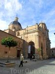 На автостанции брать такси не стали, к историческому центру пошли пешком. И первое же здание, которое нам попалось на глаза, это был конвент Августинов ...