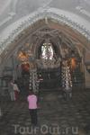 знаменитый склеп, интерьер которого богато украшен человеческими костями