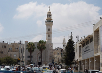 Мечеть Омара, расположенная рядом с Храмом Рождества Христова на Ясельной площади. Вдали справа находится высокая колокольня Сирийской православной церкви ...