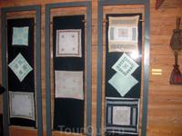 В этих витринах были образцы различных видов вышивки.