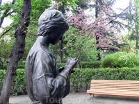 Тоже очень уютное место, Glorieta de la Niña (Девичья ротонда) - небольшая площадка уставленная по кругу скамейками, а в центре вот такая статуя, изображающая ...