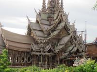 Храм Истины. Приехали поздно и в сам храм не попали (он только до 6 работает). Поэтому пришлось любоваться издалека за 50 бат с человека. Вообще вход в храм стоит 500 бат.