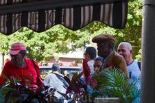 Кубинцы очень любят музыку. Если они проходят мимо музыкантов, то приплясывают или останавливаются послушать...