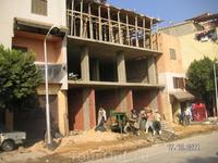 """На улице, которую я назвал """"малый Иерусалим"""" ; этот снимок недостаточно четко иллюстрирует процесс работы строителей; удивили они меня шустростью и веселостью ..."""