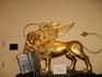 Этого крылатого золотого  льва англичане сперли из Венеции во время очередного похода. Крылатый лев является гербом Венеции. Венецианцы до сих пор никак ...