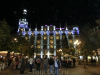 Площадь Святой Анны (Plaza de Santa Ana) считается одной из самых красивых и уютных площадей Мадрида. С одной стороны площади - отель, красиво подсвеченный ...