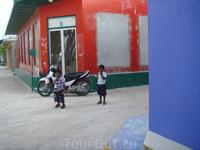 на экскурсии в мальдивскую рыбацкую деревню.... малыши