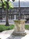 это небольшой памятник в центре двора.