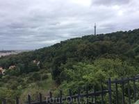 Это Петршин холм, наверх можно подняться на фуникулере. Фуникулёр входит в систему пражского общественного транспорта, поэтому на него действую простые ...