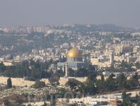 Вид на Храмовую гору со смотровой площадки на Елеонской горе. В центре виден золотой купол монумента Куббат ас-Сахра (Купол Скалы). Посередине слева виден свинцовый купол мечети аль-Акса.