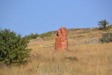Увидеть памятник можно вдоль дороги возле села Ошакане в области Арагацотн.