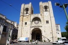 Кафедральный собор готовится к массовому бракосочетанию на следующий день.