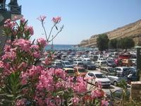 Вот так выглядит центральная парковка Маталы. 2 евро - и вроде твоя машина под присмотром.