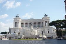 Римс. Площадь Венеции.Дворец-монумент Витториано, итальянцы не любят его и называют &quotласковыми&quot   словами: &quotпечатная машинка&quot,  &quotвставная  челюсть&quot  и &quotсвадебный  торт&quot