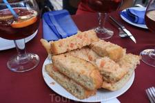 Безумно вкусный хлеб,пропитанный томатом и оливковым маслом.