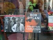 Испанские книгоиздатели подсуетились, вот новому нобелевскому лауреату в области литературы стенд посвятили.