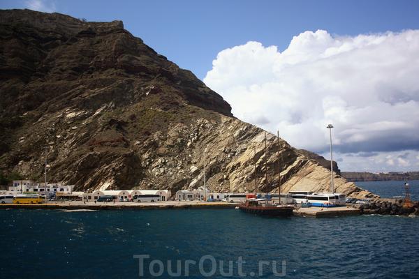 А вот и порт в Санторини, где ждут уже туристические автобусы