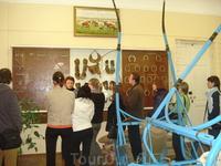 На экскурсии с музее конезавода. Этот стенд показывает приспособления для лошадей. Экскурсовод с такой любовью рассказывает о животных, непередаваемо. ...