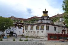 Основанный в 1418 году монастырский комплекс вмещал целых 15 монастырей, из 9 принадлежали секте Далай-лам Гелукпа, и по три Сакьяпа и малоизвестной секте ...