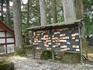 ...а также деревянные таблички с символикой храма (в каждом храме свой символ), на которых пишется нижайшая просьба, например, о поступлении в Токийский ...