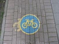 Велосипедные дорожки существуют и в России, обозначаются таким вот знаком, но... к сожалению, их игнорируют и пешеходы, и сами велосипедисты.