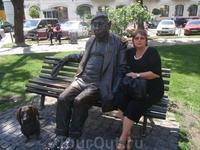 С народным артистом Яковенко Н.Ф. в сквере его дома рядом с театром, где служил