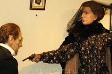В музее представлены различные сцены из рассказов о Шерлоке Холмсе.Это шантажист &quotCharles Augustus Milverton&quot и его неожиданный убийца. Аристократка в чёрной вуали убивает его из мести.