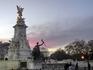 Памятник Королеве Виктории у Букингемского дворца. Памятник был установлен спустя десять лет после смерти королевы Виктории, которая правила Соединенным ...