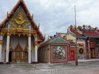 китайский и тайские буддийские храмы стоящие рядом