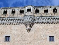 Резное каменное украшение стен. Стены замка украшают гербы владельцев замка - семьи Мендоса и гербами Толедо и Веласко, с которыми этот могущественный род был связан брачными союзами.