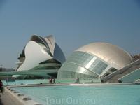 Городок Искусства и Науки.  «Полусфера» (L'Hemisferic) - единственный в Испании зал, объединивший три вида зрелищ: Планетарий, стереокинотеатр «Imax» ...