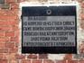 Памятная табличка на стене бывшей оборонительной башни форта Кёнигсберга Дер Донна, ныне музей янтаря.